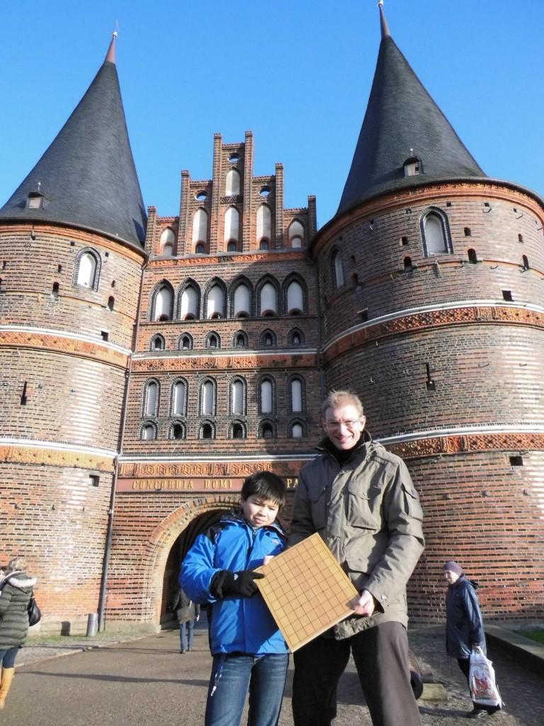 Shake It Like A Samurai: Rolf Müller (re.) und Sohn Markus (li.) bitten nach Lübeck zum Turniertanz auf dem Shôgi-Brett. Foto: Ritsuko Müller