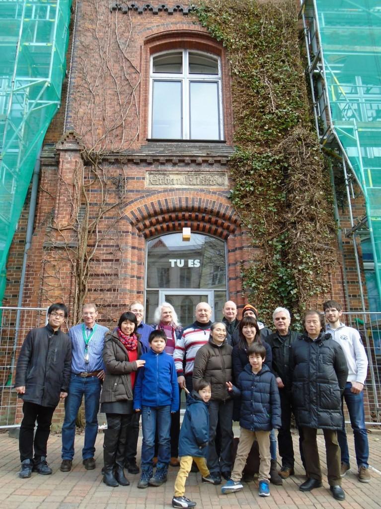 WE ARE FAMILY: Die Teilnehmer des ersten Shôgi-Wettkampfes in Lübeck vor dem Turnierort Katharineum. Foto: R+R Müller