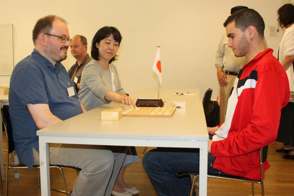 Konsulin Maruyama Fumie führt den ersten Zug des Turniers aus. Foto: Fabian Krahe