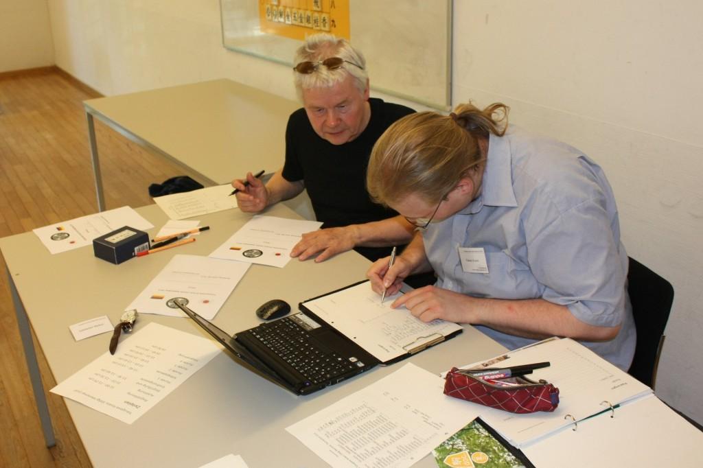 René Gralla und Fabian Krahe bei der Auswertung der Ergebnisse. Foto: Sebastian Mellert.