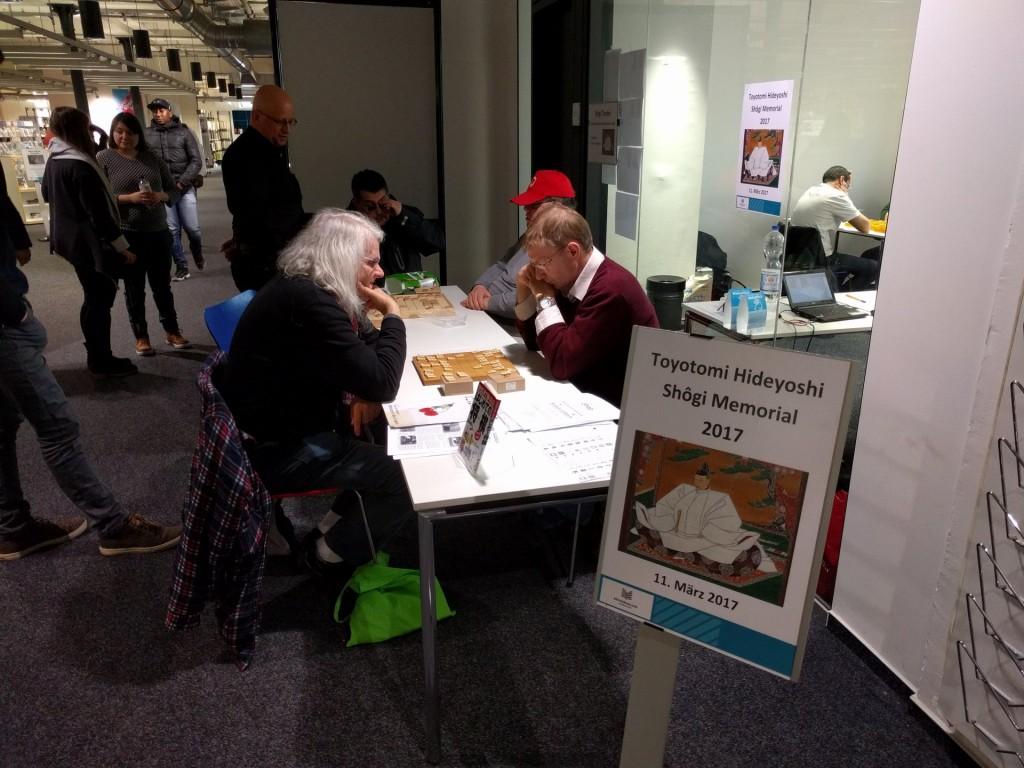 Zum ersten Mal fand ein Shôgi-Turnier in der Hamburger Zentralbibliothek statt. Vor dem Turnierraum konnten Partien analysiert werden und interessierte Besucher der Bücherhalle sich über das japanische Schach informieren