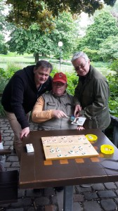 "The Glorious Three: Uwe Frischmuth (li.), und Jürgen Woscidlo (Mitte), die Duellanten der Hamburger Janggi Battle um ""The Eltz-Stronghold-Commander-Award 2017"" mit Preisstifter René Gralla (re.) am Schauplatz des historischen Treffens in Planten un Blomen. Foto: Wolfgang Reher"