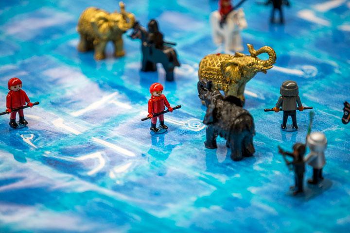 """Was eine Partie Makruk wirklich darstellt: Hauen und Stechen in überschwemmten Reisfeldern; im Bild ein entsprechendes Reenactment im Bonsai-Format mit dem von """"Ayutthaya-Thonburi-Memorial""""-Planer René Gralla produzierten Showroom-Set. Foto: Christoph Harder"""