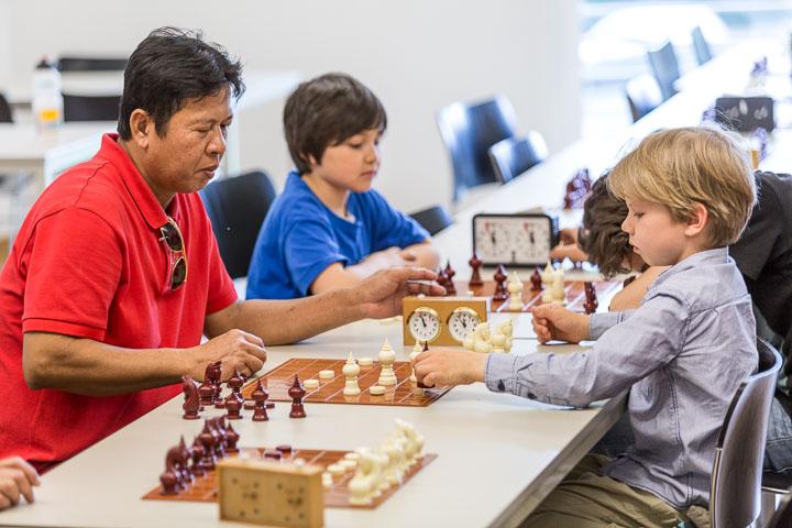 """Chess Siam-style verbindet die Generationen: Paul Geißler (re.) misst sich 2015 im """"PTT King Naresuan The Great Tournament"""" mit Surasak """"Pi Woey"""" Pradaenschat (li.), und ähnliche Zusammentreffen wird es natürlich auch 2017 beim """"Ayutthaya-Thonburi-1767-Makruk-Memorial"""" geben. Foto: Christoph Harder"""