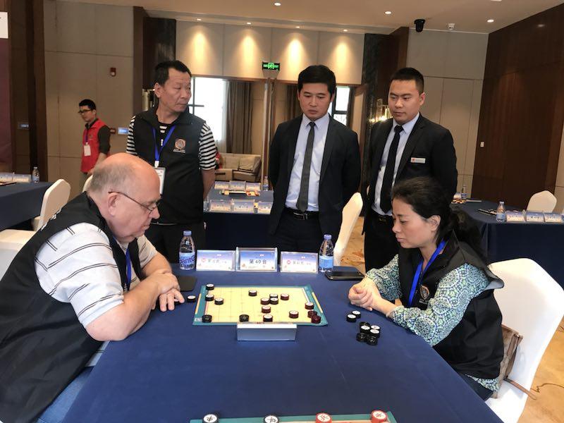 Rudolf Reinders (li.) und Wu Caifang im Spiel