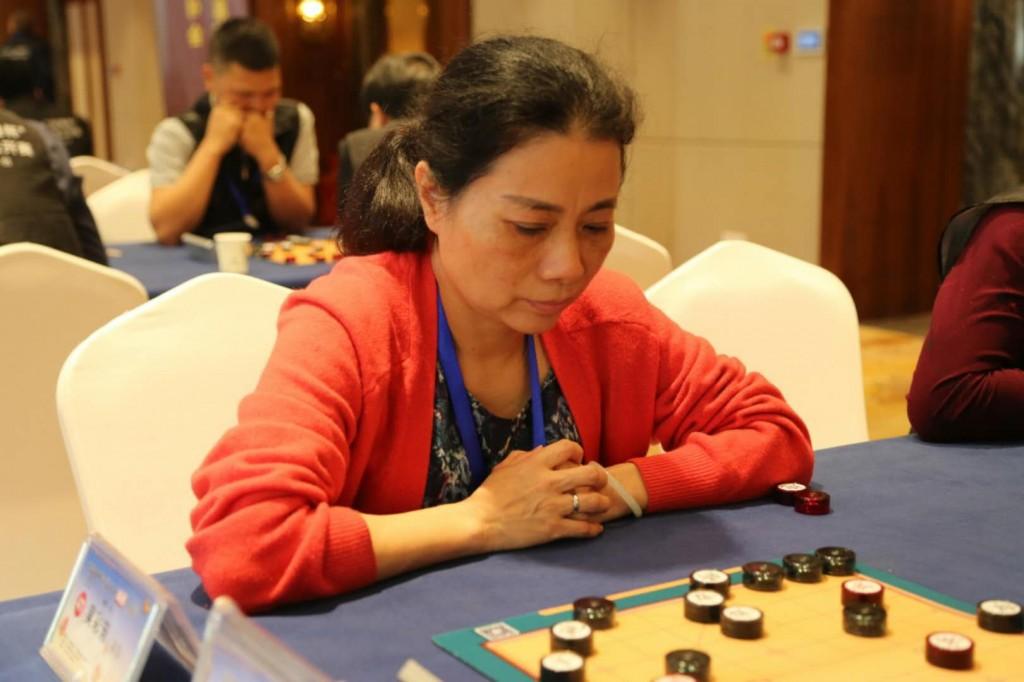 Wu Caifang, die einen Meistertitel im Xiangqi besitzt, im Spiel