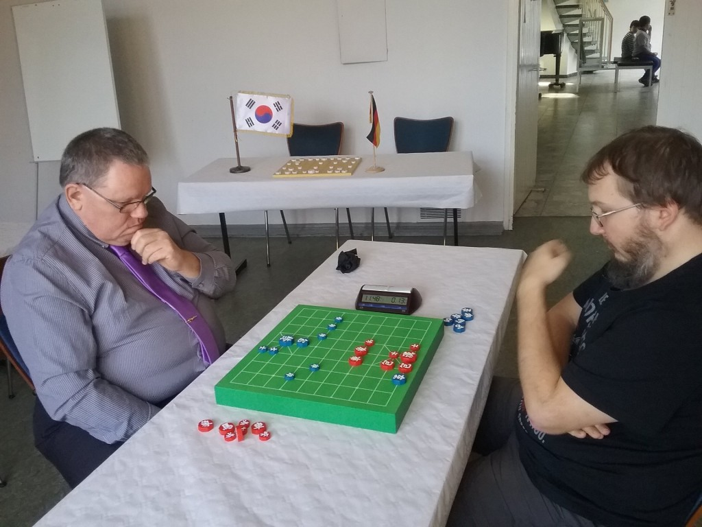 Hamburgs-Janggi-Godfather Jürgen Woscidlo (li.) gegen Turniersieger Krzysztof Sieja (re.)