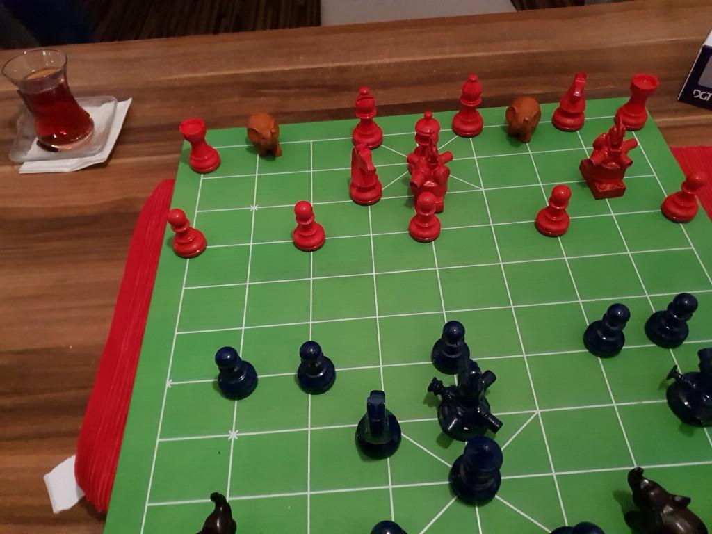 Das Match hat begonnen, und beide Parteien haben Flying Turtle Ship-Cannons jeweils ins Zentrum der eigenen Verbände einfliegen lassen.