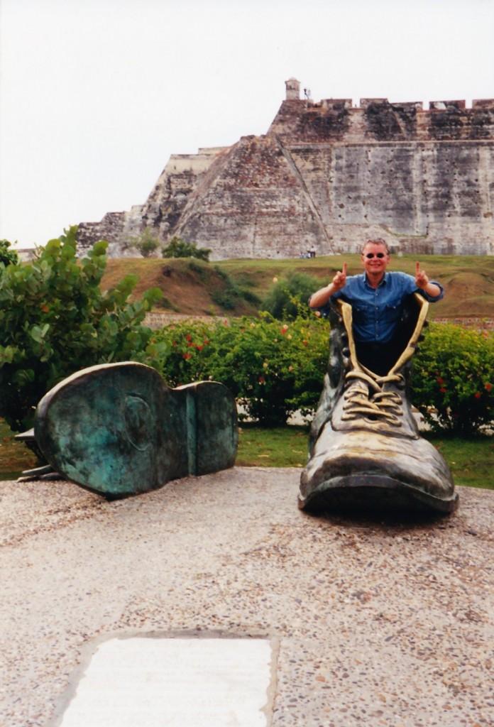 Manche Schuhe sind einfach zu groß: Autor René Gralla bei einem (ausnahmsweise mal nicht Shogi-bezogenen) Feldversuch Mitte Oktober 2000 im kolumbianischen Cartagena.