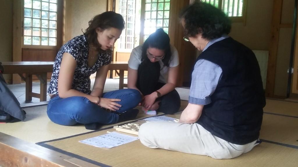 Internationales Shôgi-Rendezvous im Sommer 2018: Masaomi Ishii-sensei (re.) gibt französischen Studentinnen ein Kurz-Tutorial. Foto: Alexandra Bumagina