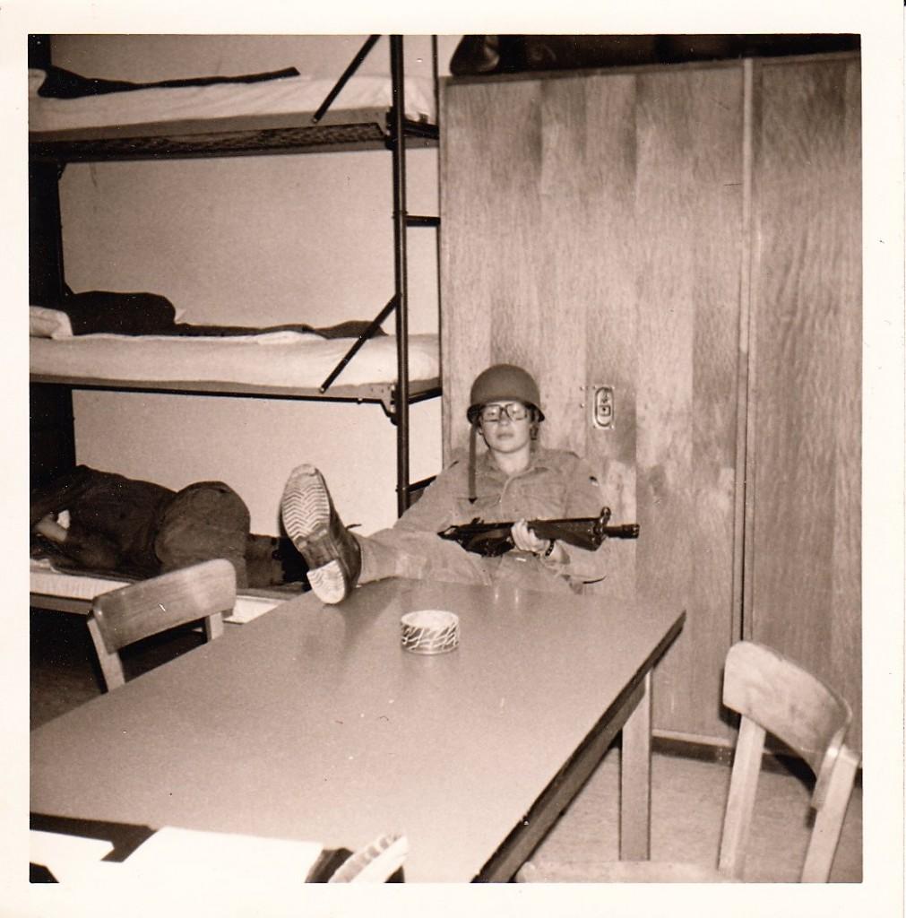 Das persönliche Limit ausgereizt?! Womöglich hat sich die total erschlaffte Atmosphäre auf diesem Bild aus einer frühen Phase seiner Biographie, als Shôgi-Autor René Gralla dienstverpflichtet war zu einer intellektuell kaum fordernden, dafür aber handfesten Version der Martial Arts (ein Schnappschuss während des Grundwehrdienstes im Juli 1973 in der Liliencron-Kaserne Kellinghusen), viereinhalb Jahrzehnte später als nachgerade prophetisch herausgestellt: THE DUDE RULES … . Reproduktion des Fotos: Wolfgang Geise