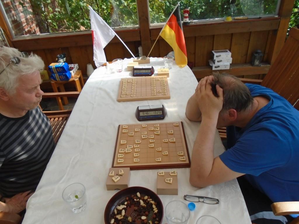 Da ahnt er noch nicht, dass er auch diese Partie in die Tonne treten wird: René Gralla (li.) rumpelt in seine dritte Pleite (gegen Uwe Frischmuth, re.). Foto: Rolf Müller