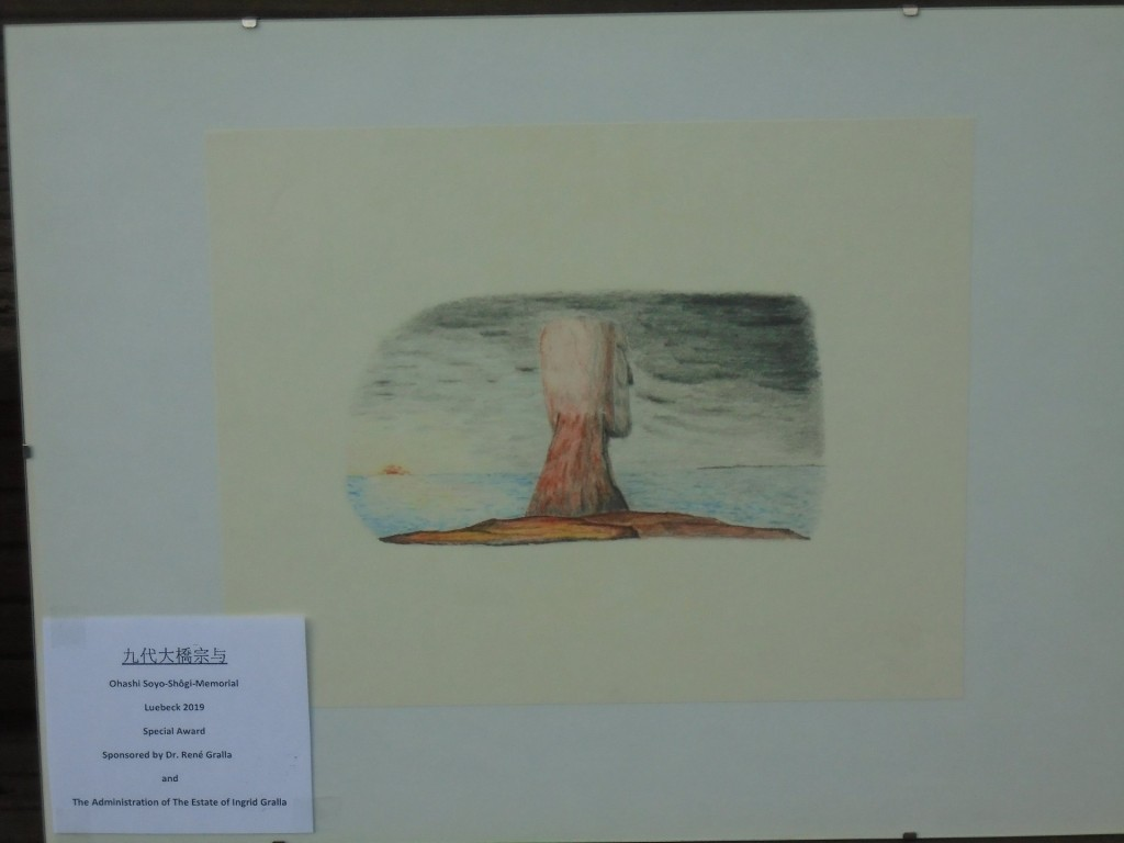 Der Special Award für Ritsuko und Rolf Müller: eine von Shôgi-Autor René Gralla mit Farbstiften geschaffene Zeichnung aus den frühen 1970-er Jahren, die nicht ganz zufällig an die Osterinsel erinnert … . Foto: Rolf Müller