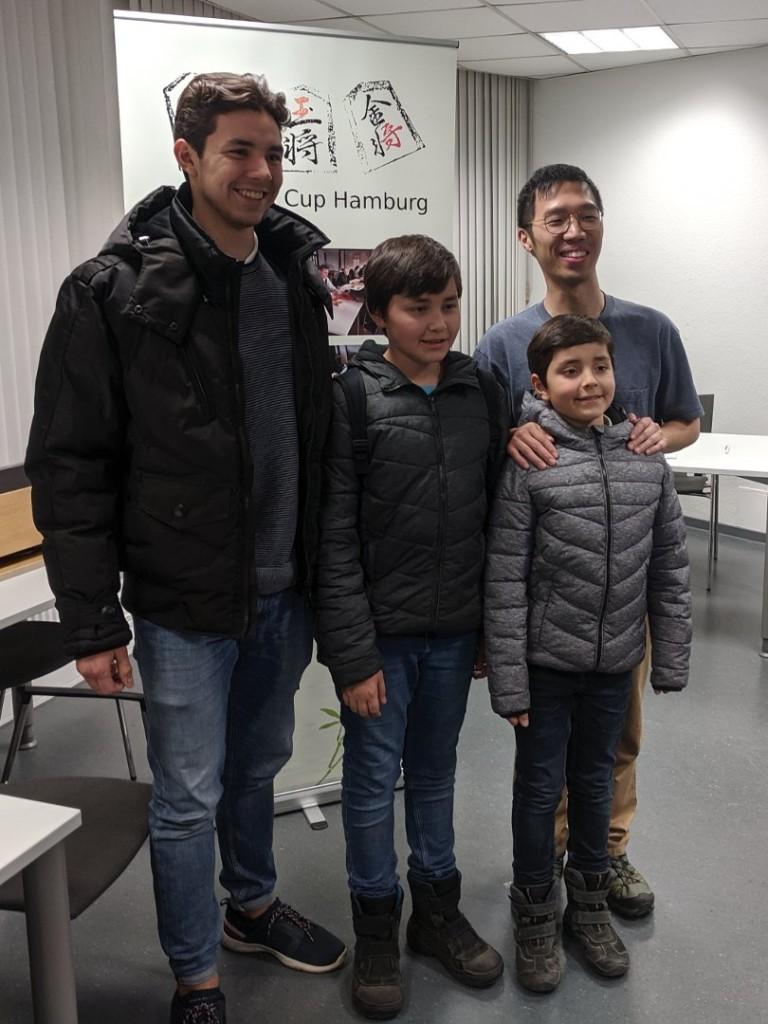 Niels, Ian und Sven Meinköhn zusammen mit dem Turniersieger Chung Man Chan.
