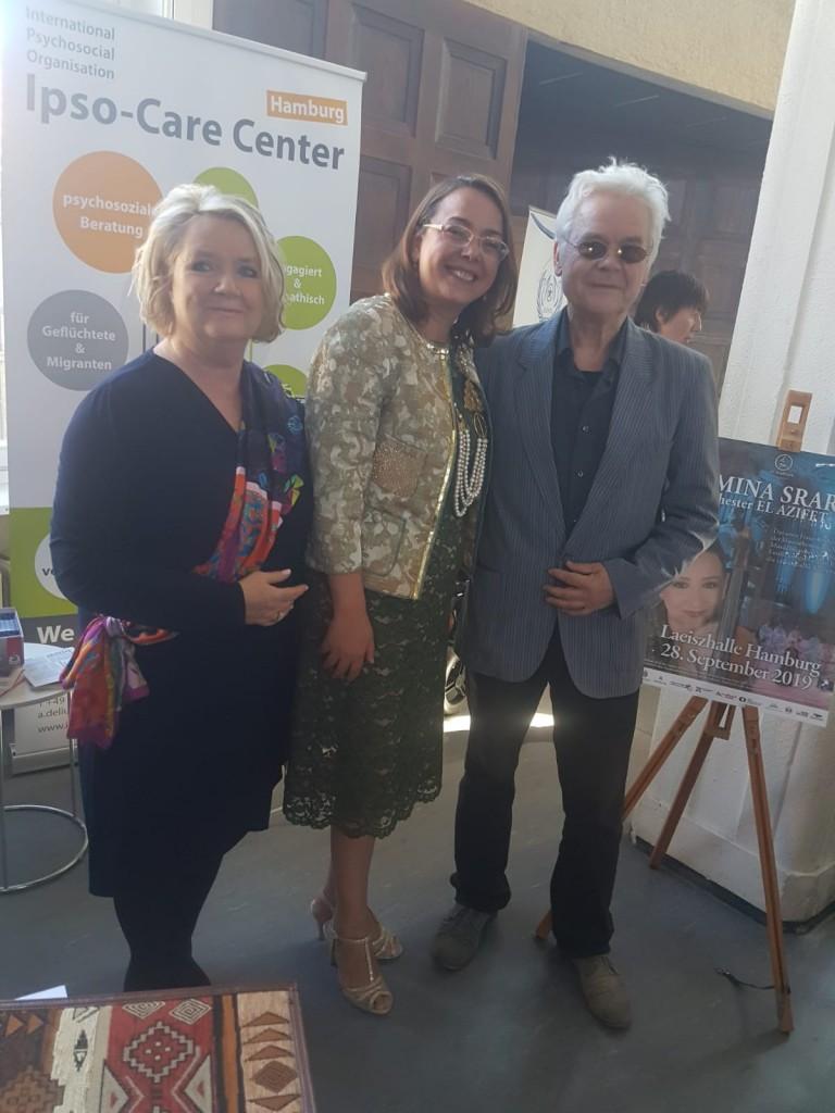 Prominente Supporterin des Hamburger Shatranj-Revivals ist Tunesiens Konsulin Sonia Ben Amor (Bildmitte; hier auf dem Tunesientag 2018 mit Gabriele Kamensky von der Deutsch-Tunesischen Gesellschaft, li., und Autor René Gralla, re.).